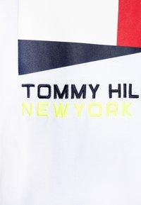 Tommy Hilfiger - FLAG SAILING GEAR TEE - Camiseta estampada - white - 2