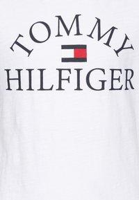 Tommy Hilfiger - ESSENTIAL LOGO - T-shirt print - white - 2