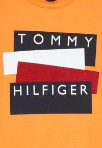 Tommy Hilfiger - STICKER TEE  - Camiseta estampada - orange - 3