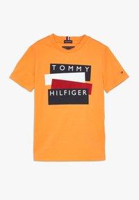 Tommy Hilfiger - STICKER TEE  - Camiseta estampada - orange - 0