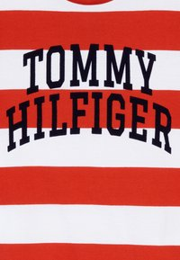 Tommy Hilfiger - RUGBY STRIPE GRAPHIC TEE - Camiseta estampada - red - 3