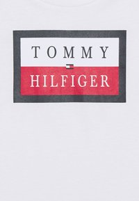 Tommy Hilfiger - ESSENTIAL LOGO TEE - Camiseta estampada - white - 2