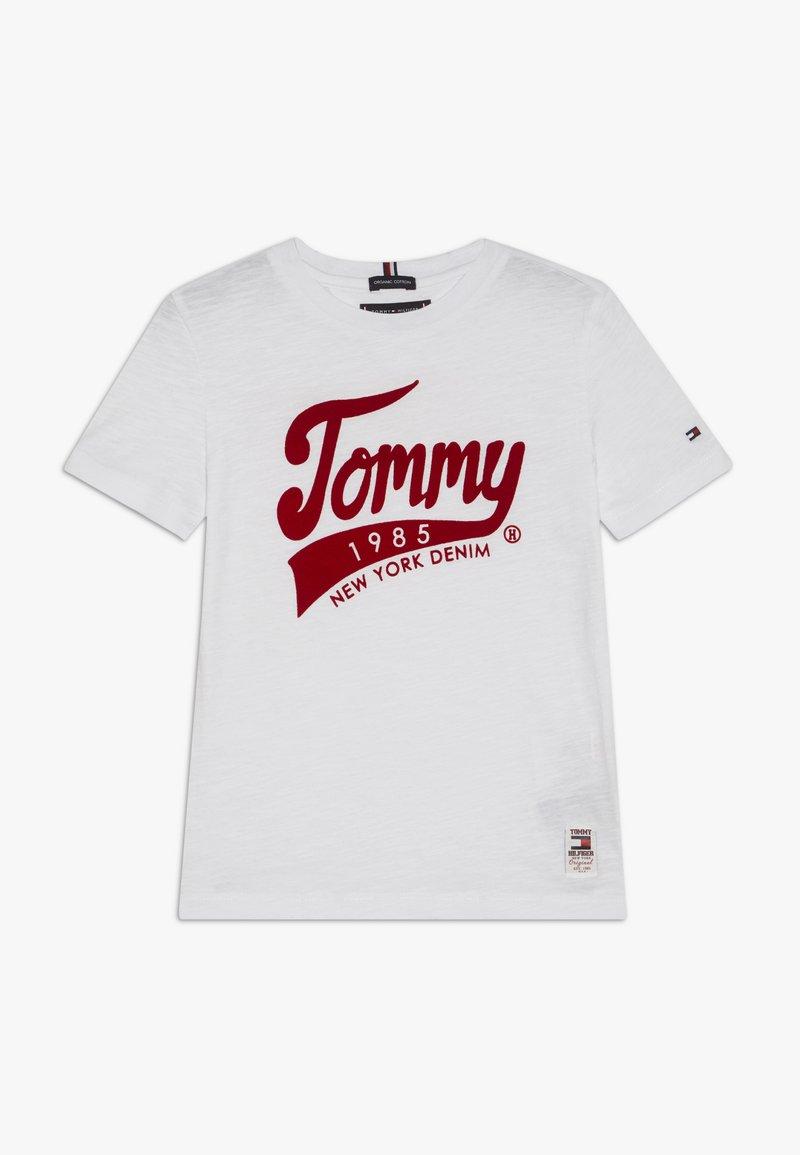 Tommy Hilfiger - 1985 TEE - T-shirt z nadrukiem - white