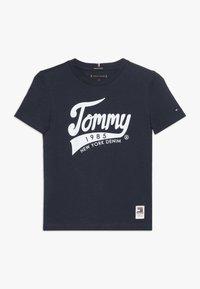 Tommy Hilfiger - 1985 TEE - T-shirts med print - blue - 0