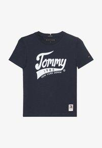 Tommy Hilfiger - 1985 TEE - T-shirts med print - blue - 2