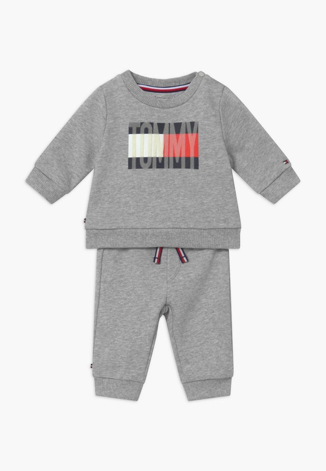 BABY FLAG TRACKSUIT SET - Chándal - grey