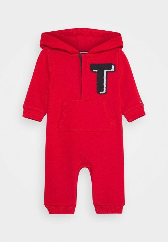 BABY HOODIE COVERALL - Pijama de bebé - red