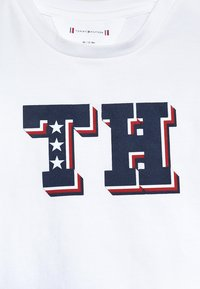 Tommy Hilfiger - BABY BOY TEE - Print T-shirt - bright white - 4
