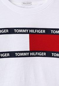 Tommy Hilfiger - FLAG TEE - T-Shirt print - white - 3