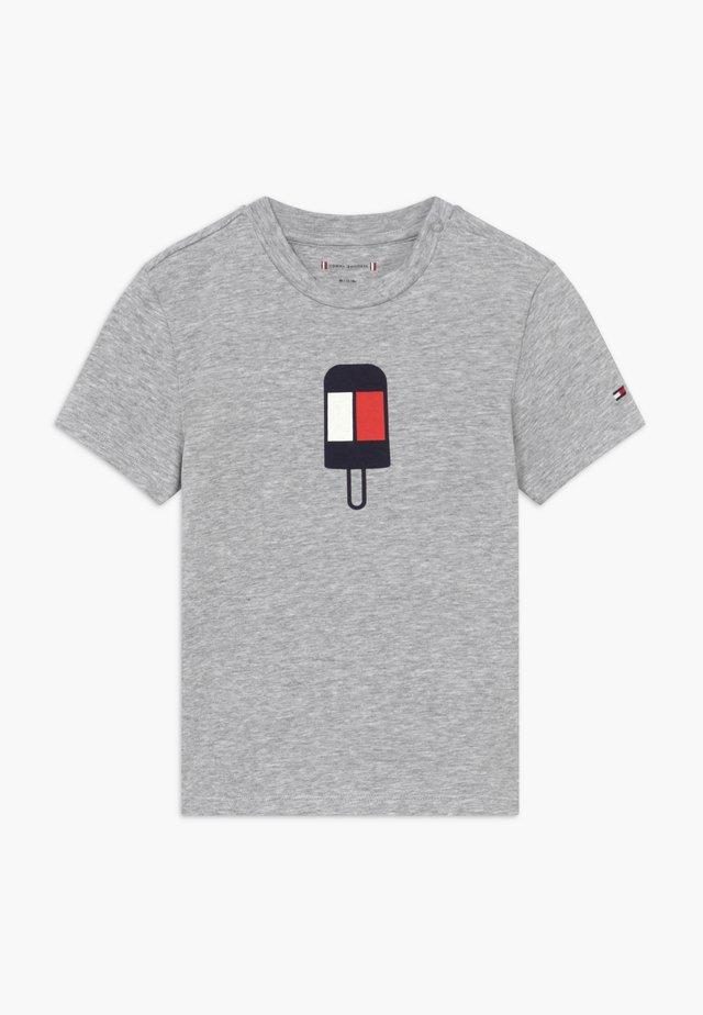 BABY FLAMINGO - Print T-shirt - grey