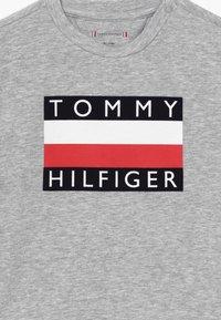 Tommy Hilfiger - BABY FLAG  - Printtipaita - grey - 3