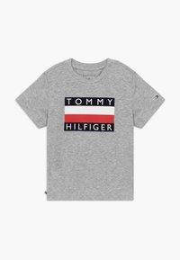 Tommy Hilfiger - BABY FLAG  - Printtipaita - grey - 0