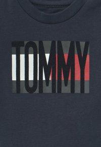 Tommy Hilfiger - BABY FLAG TEE - T-shirt print - blue - 2