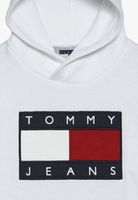 Tommy Hilfiger - UNISEX FLAG HOODIE - Mikina s kapucí - classic white - 4