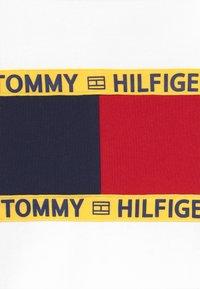 Tommy Hilfiger - FLAG CREW  - Collegepaita - white - 3