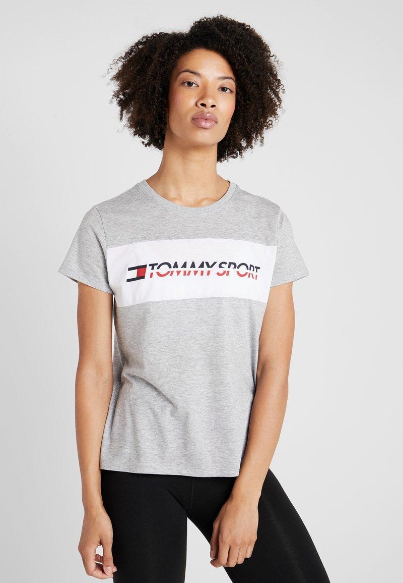 Tommy Sport - LOGO DRIVER TEE  - Camiseta estampada - grey
