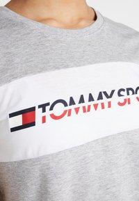 Tommy Sport - LOGO DRIVER TEE  - Camiseta estampada - grey - 5