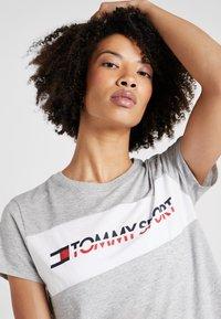 Tommy Sport - LOGO DRIVER TEE  - Camiseta estampada - grey - 3