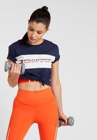 Tommy Sport - LOGO DRIVER TEE  - T-shirt imprimé - sport navy - 0