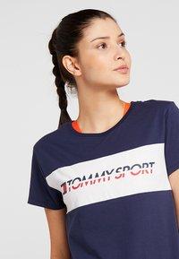 Tommy Sport - LOGO DRIVER TEE  - T-shirt imprimé - sport navy - 4