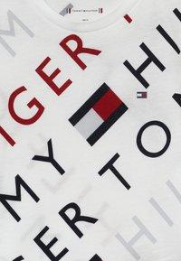 Tommy Hilfiger - SPORTS LOGO TEE - Triko spotiskem - white - 3