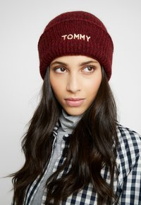 Tommy Hilfiger - EFFORTLESS BEANIE - Čepice - red - 0