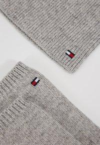 Tommy Hilfiger - FLAG BEANIE & GLOVES SET - Rękawiczki pięciopalcowe - grey - 6