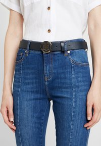 Tommy Hilfiger - ROUND BUCKLE BELT - Skärp - blue - 1