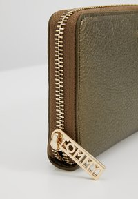 Tommy Hilfiger - CORE - Wallet - gold - 7