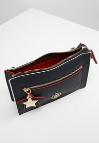 Tommy Hilfiger - CHARMING TOMMY CROSSOVER - Borsa a tracolla - blue - 4