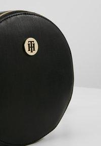 Tommy Hilfiger - MODERN HARDWARE ROUND  - Skuldertasker - black - 6