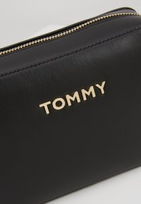 Tommy Hilfiger - ICONIC TOMMY CROSSOVER SOLID - Schoudertas - black - 6