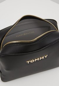 Tommy Hilfiger - ICONIC TOMMY CROSSOVER SOLID - Schoudertas - black - 4