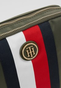 Tommy Hilfiger - POPPY CROSSOVER CORP - Schoudertas - grape leaf - 6