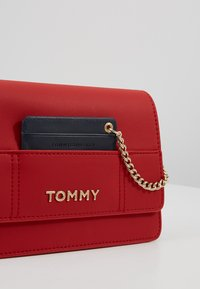 Tommy Hilfiger - ITEM STATEMENT CROSSOVER - Across body bag - multi - 6