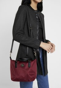 Tommy Hilfiger - POPPY SMALL TOTE SOLID - Borsa a mano - bordeaux - 1