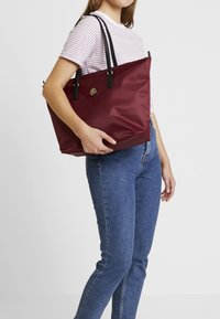 Tommy Hilfiger - POPPY TOTE SOLID - Handtas - red - 1