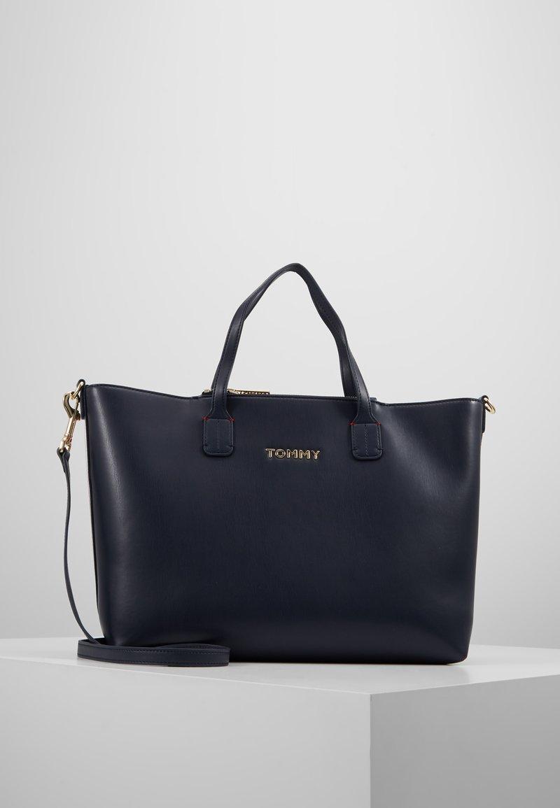 Tommy Hilfiger - ICONIC SATCHEL  - Håndtasker - blue