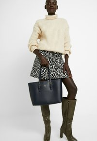Tommy Hilfiger - CLASSIC SAFFIANO TOTE - Kabelka - blue - 1