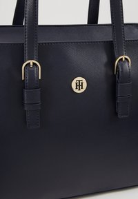 Tommy Hilfiger - CLASSIC SAFFIANO TOTE - Kabelka - blue - 6