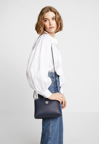 Tommy Hilfiger - CORE CROSSOVER - Across body bag - blue - 1