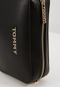 Tommy Hilfiger - ICONIC CAMERA BAG - Bandolera - black - 3