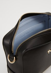 Tommy Hilfiger - ICONIC CAMERA BAG - Bandolera - black - 5