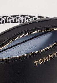 Tommy Hilfiger - ICONIC TOMMY BUMBAG - Bæltetasker - black - 3