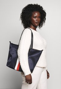Tommy Hilfiger - POPPY TOTE CORP - Shopper - blue - 1