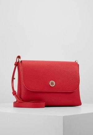 CORE FLAP - Bandolera - red