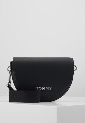 TOMMY STAPLE SADDLE - Across body bag - black