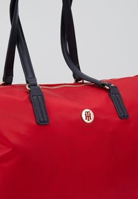 Tommy Hilfiger - POPPY TOTE - Handtas - red - 2