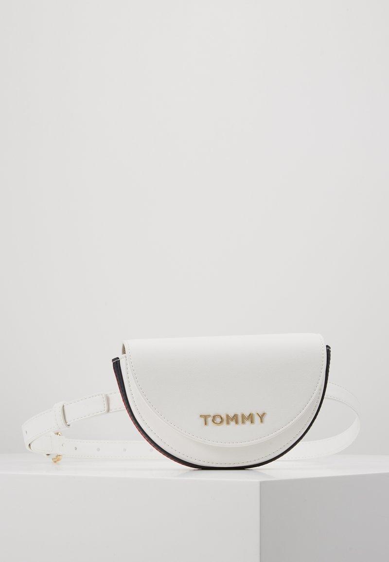 Tommy Hilfiger - TOMMY STAPLE BELTBAG - Sac banane - white