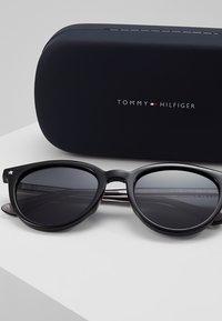 Tommy Hilfiger - Sonnenbrille - black - 3